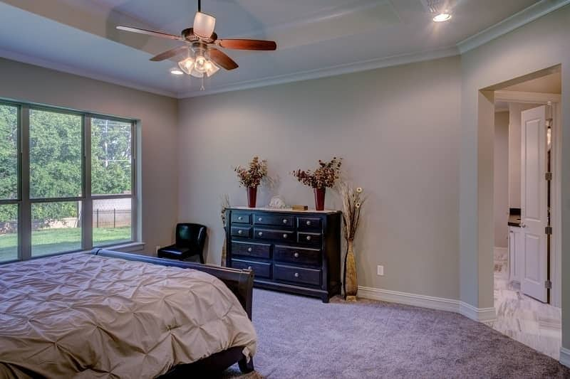 Ceiling fan in white bedroom - Beat the heat