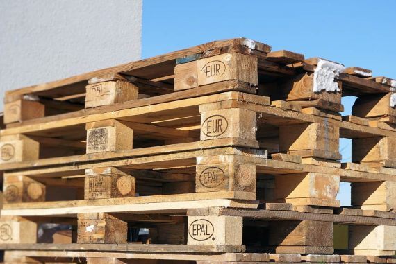 Stacked wooden pallets - DIY pallet chair